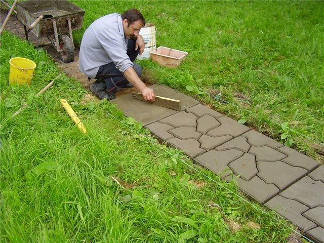 Тротуарная плитка на даче своими руками: изготовление и укладка