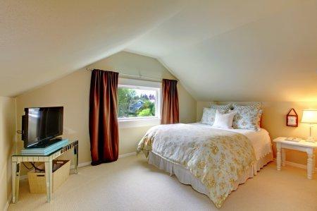 Интерьер спальни в мансарде - фото
