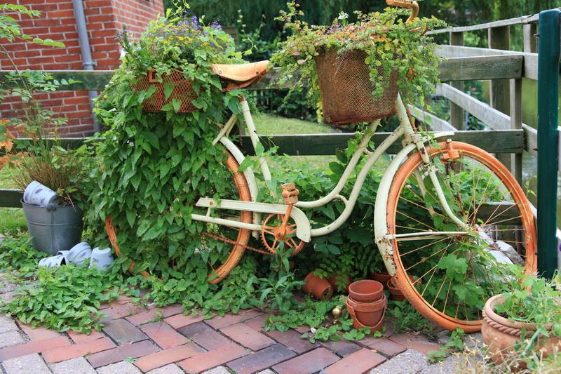 Часть декорации сада в стиле кантри - старый велосипед