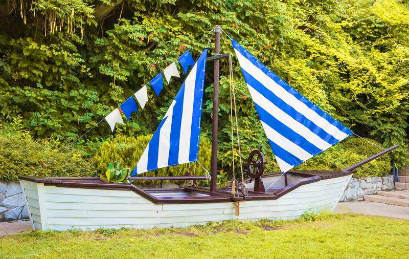 Элементом детской площадки может стать и парусная лодка