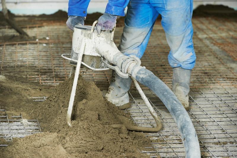 Подача цементной смеси для стяжки